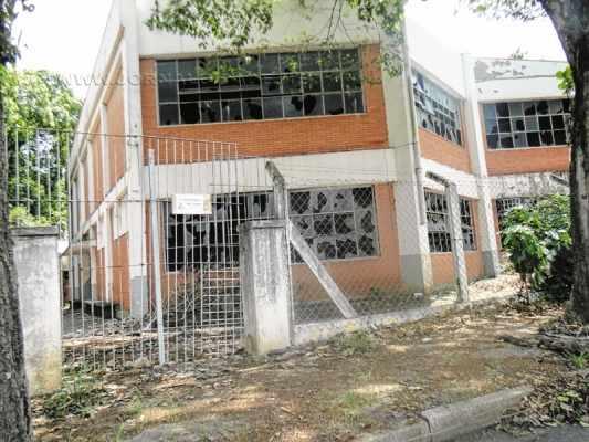 Fachada apresenta vidraças destruídas em um dos antigos prédios da Unesp no Santana