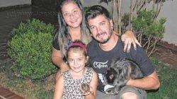 CARINHO - Luiza com os pais Bruno e Marina e seus animais de estimação, Cláudio, o coelho, e Jéssica, sua tartaruga