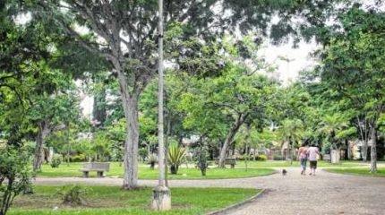 Com muito espaço, árvores e bancos, a praça é o local preferido de muitas famílias moradoras do bairro