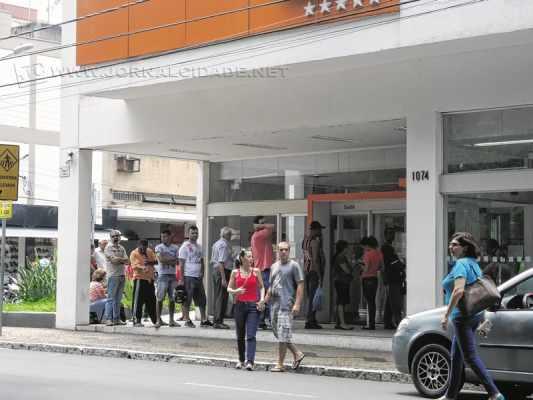 Consumidores aguardam abertura de agência no início da tarde dessa segunda-feira (26)