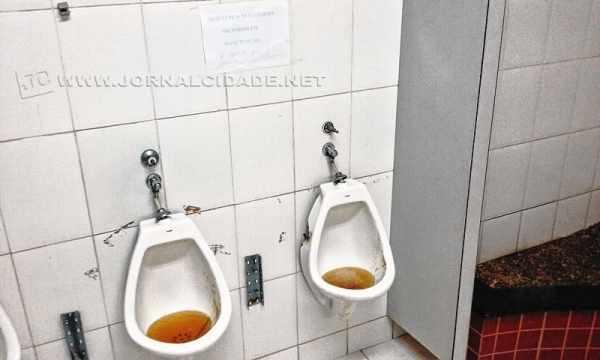 Esta é a situação verificada no banheiro masculino do Terminal Rodoviário no último sábado (10)