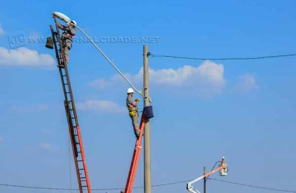 Profissionais fazem a manutenção da iluminação pública de Rio Claro