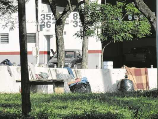 Jovem circula entre os carros pedindo dinheiro. No trecho da Rua 14 com a Av. Tancredo Neves é comum ver essa situação
