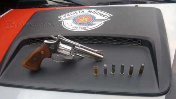 Arma foi apreendida pela polícia