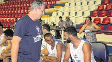 O técnico Marcelo Tamião conversa com atletas durante evento realizado no Felipão na sexta-feira, dia 30 de outubro