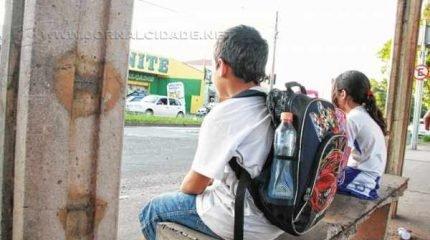 Mudança no itinerário do transporte escolar provocou reclamações entre pais de alunos. Prefeitura explica que alteração foi feita a partir de queixas dos pais