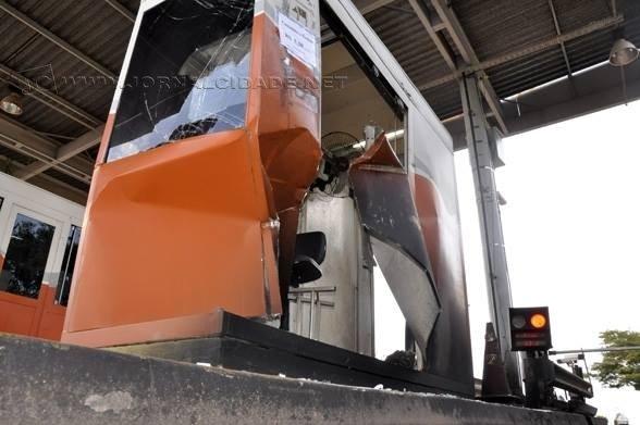 Uma das três cabines foi atingida por um caminhão há quase três meses
