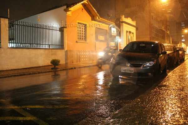 Chuva com ventos fortes atinge Rio Claro na noite desta sexta-feira (13)