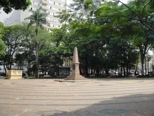 Moradores pedem por bancos mais limpos e pelo plantio de flores nos canteiros da Praça da Liberdade