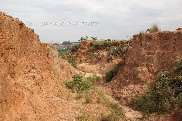 PAISAGEM ALTERADA: cava de argila abandonada evidencia o impacto da atividade. São 1.200 na região de Rio Claro