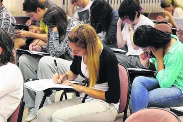Candidatos fazem prova de vestibular. Segunda fase acontece em 13 e 14 de dezembro (Foto: Marcos Santos/USP Imagens)