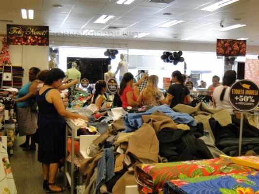 Consumidores conferem produtos em loja de departamentos em Rio Claro