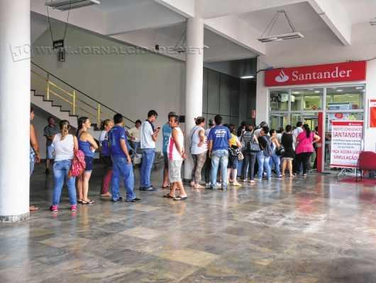 Fila de clientes na agência do Santander situada no interior do paço municipal
