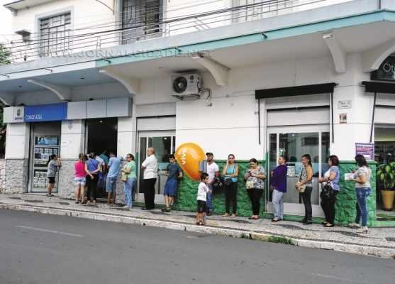 O movimento de clientes nas lotéricas foi grande por causa do quinto dia útil