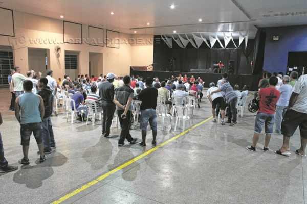 Funcionários participam de assembleia realizada pelo sindicato para discutir o fechamento da empresa no município