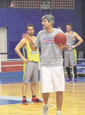 Dedé Barbosa pausa treino para orientar jogadores na quadra do ginásio Felipe Karam. Treinador foi eleito melhor do NBB 7