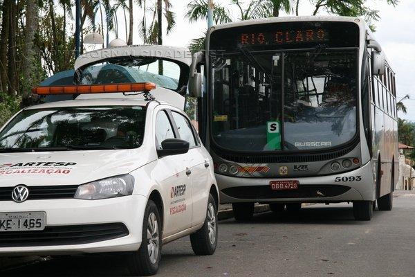 Um fiscal da Artesp esteve durante todo o dia no ponto de ônibus na Praça