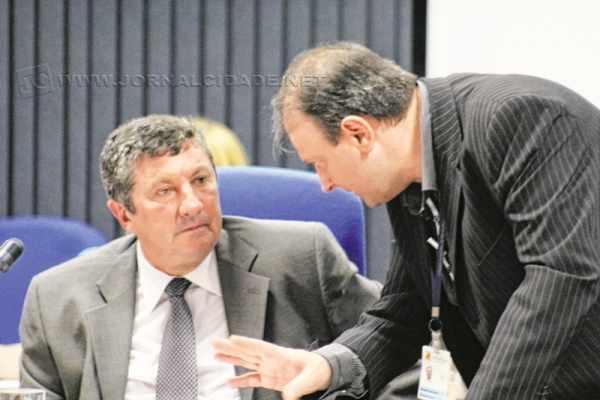 Presidindo a sessão, o vereador Júlio Lopes ouvia os conselhos de procurador da Câmara Municipal durante votação