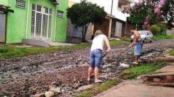 Rua esburacada no bairro Recanto Paraíso. Moradores pedem asfalto para a via há anos