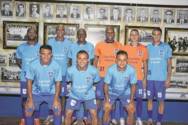 Nove, dos 12 jogadores apresentados, se reuniram para posar para as fotos, no mural do Rio Claro FC, no estádio Schmidtão