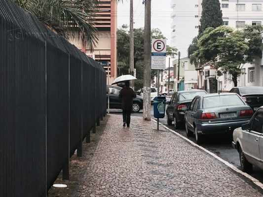A terça-feira (3) começou com chuva fraca em Rio Claro
