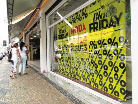 Lojas usaram bexigas e outros materiais chamativos nas cores branca e preta para anunciar as promoções da Black Friday