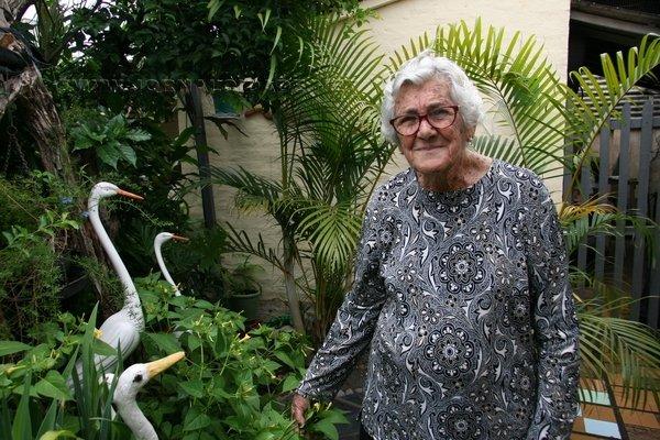 Floriza Guilherme coleciona muitas plantas e diversos enfeites por todos os cantos da casa