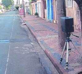 RADAR OCULTO? - leitor do JC fotografou a instalação de um radar 'atrás de uma árvore' na Rua 6-A e não gostou do que viu