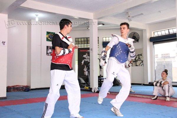 Nicholas Pigozzi (à direita), durante treino da equipe