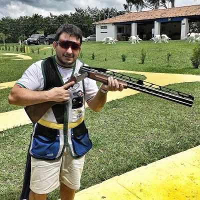 Leonardo Raposo pratica o tiro esportivo há três anos. Abaixo, foto do comunicado recebido