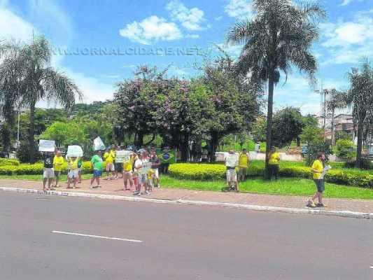 Manifestantes presentes na Praça Dalva (Foto: Reprodução)