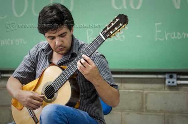 O professor Erasmo Sampaio ministra curso gratuito de violão para alunos corumbataienses no Espaço Cultural Toca