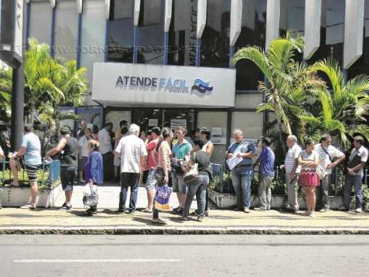 Contribuintes formaram fila na porta do Atende Fácil no início da tarde dessa segunda-feira (21), último dia para negociação