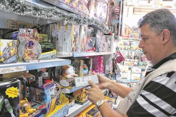 Fiscais do Ipem-SP verificam brinquedos em loja durante a Operação Papai Noel (foto divulgação)