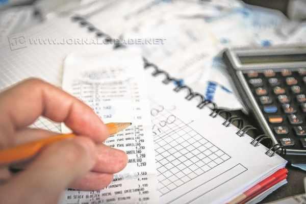 Consumidor deve fazer contas, eliminar os gastos supérfluos, para equilibrar o orçamento (foto Agência Brasil)