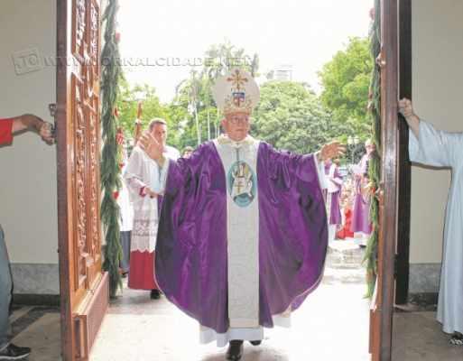 O bispo dom Fernando Mason abre a Porta Santa. Celebração contou com grande público