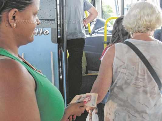Usuário do transporte coletivo aguarda para entrar em ônibus da Rápido SP no terminal urbano de Rio Claro