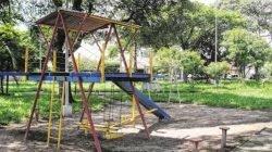 O corte da grama é feito pela prefeitura, mas os brinquedos e lixeiras foram colocados pelos moradores