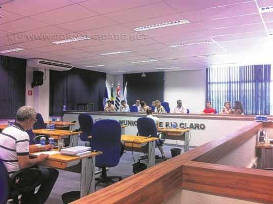 Líder do governo, Maria do Carmo (PMDB) argumenta com vereadores da oposição pouco antes do início da sessão legislativa