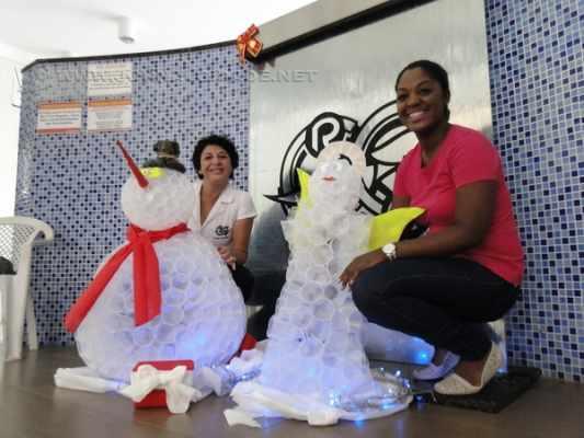 CRIATIVIDADE NATALINA: mulheres usaram a imaginação para construir e montar esse 'boneco de neve' com copinhos descartáveis para água. Todo mundo adorou o resultado