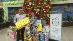 Reinaldo Lopes Moreira, Gerente Geral do Shopping Rio Claro, entrega os presentes para Creusa Aparecida Oliveira da Silva, representante do Fundo Social de Solidariedade de Rio Claro