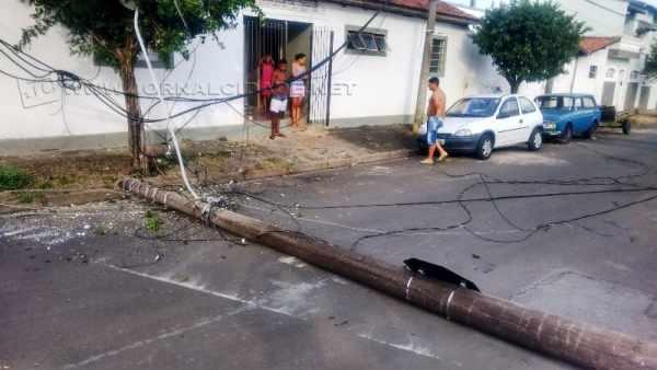 Poste com fiação elétrica caiu após caminhão passar pelo local. (Foto: Fábio Rodrigues)