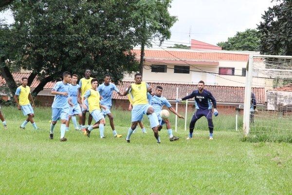 Com Luciano Gama como treinador há pouco mais de um mês, o time se preparou em campos de futebol da cidade e região