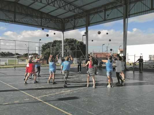 A população tem à disposição diversos cursos culturais e também atividades físicas; a terceira idade pode praticar esportes, assim como os jovens e adolescentes. Inscrições são feitas no local