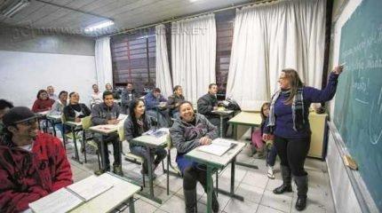 Alunos assistem a aula em uma classe de EJA em escola da rede estadual de ensino (Foto: A2img / Diogo Moreira)