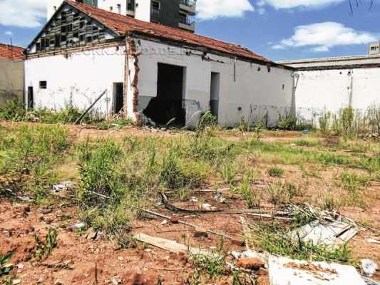 Vista da fachada de casa abandonada na Rua 1, entre as avenidas 24 e 26
