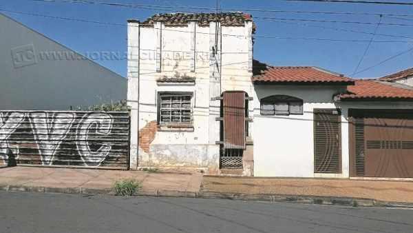 Prédio abandonado na Rua 4 com a Avenida 13, no Jardim Donângela
