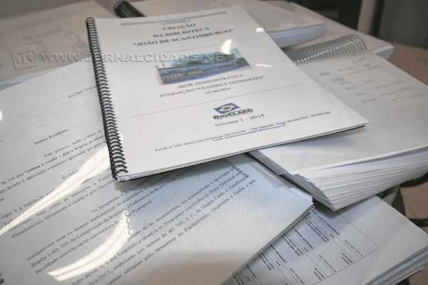 2015: despesas para custear cópias reprográficas, encadernações, carimbos e serviços de papelaria chegaram a R$ 490 mil