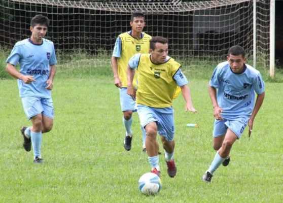 Sob o comando do técnico Luciano Gama, o Galo Azul realizou treinos em campos de futebol da cidade e região