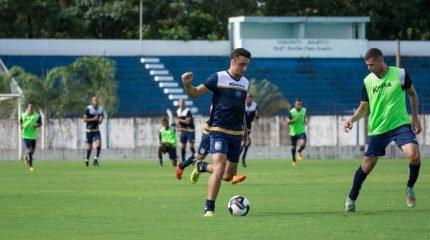 Em janeiro, o Galo Azul treinou no Schmidtão. O último foi na quinta-feira, no horário da partida, para a adaptação do elenco